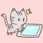 タブレットを見て驚く猫のフリーイラスト